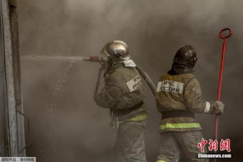 当地检方办公室称,初步调查显示,是鞋厂内部电路短路引发了这场火灾。图为消防员在现场进行灭火工作。