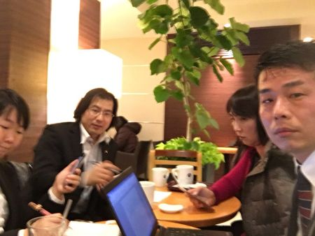 成员在进行会议