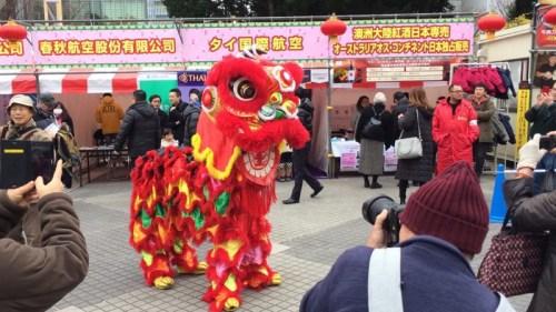 """第12届名古屋""""春节祭""""现场,舞狮在备场。(孙旭光 摄)"""