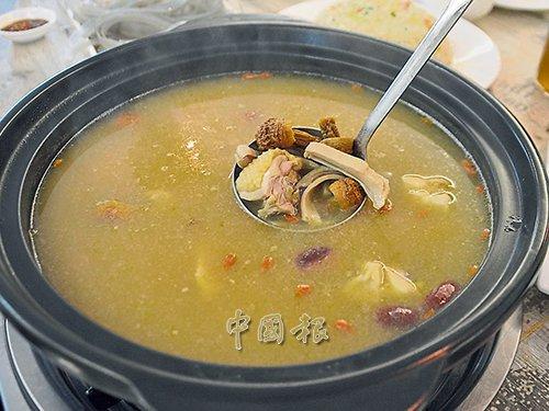 经过慢火熬煮的松茸菌猪肚鸡汤美味可口,暖胃保健。(马来西亚《中国报》/赵诗绮 摄)