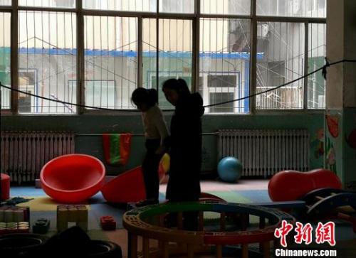 山西方舟自闭症康复研究院自闭症孩子正在进行训练。 杨杰英 摄