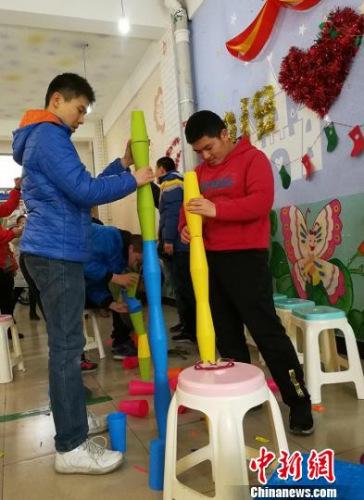 """孩子们正在进行""""铸塔""""训练。 杨杰英 摄"""