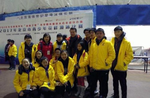 小营员们与中国冬奥冠军赵宏博合影。