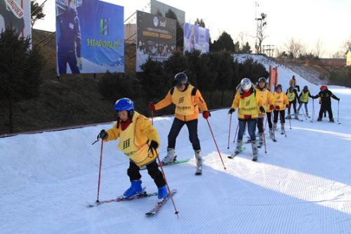 小营员们体验滑雪。