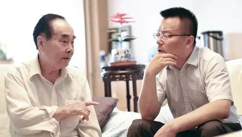侯云德与程永庆交流。资料图(光明网)