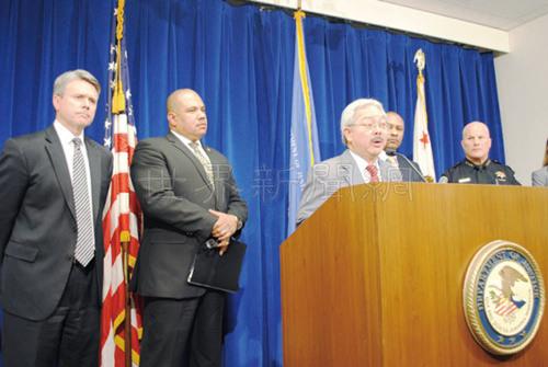 2016年史屈希(左一)代表联邦司法部宣布全面审查旧金山警局执法政策,已故市长李孟贤(前中)也列席。((美国《世界日报》/李秀兰 摄影)