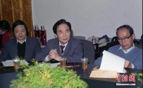 1993年,侯云德院士在中国预防医学科学院第三届第二次学术委员会会议上。资料图