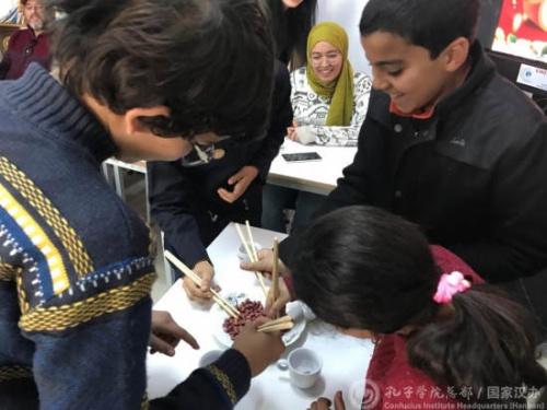 孔子课堂的学生学习使用筷子。