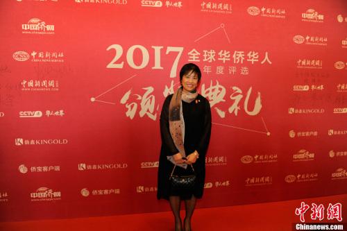 """1月10日,由中国新闻社主办、中国侨网承办的""""2017全球华侨华人年度评选颁奖典礼""""在北京隆重举行。全球华侨华人十大新闻评选已连续举办了16年,受到海内外侨界的广泛关注。今年,在十大新闻评选的基础上,新增了年度新闻人物评选。图为加拿大安大略省华裔议员黄素梅亮相红毯。<a target='_blank' href='http://www.chinanews.com/' >中新网</a>记者 富宇 摄"""