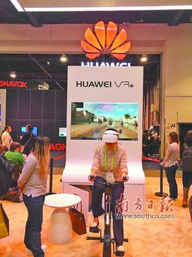 CES华为展区,一中年女子进行VR骑车体验。