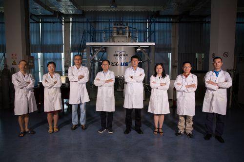 王文超、张欣、张钠、王俊峰、刘青松、刘静、林文楚、任涛(从左至右)在中科院合肥物质科学研究院强磁场科学中心。