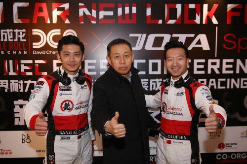 2017年3月23日,汽车运动联合会副主席兼秘书长万和平与车队选手程飞(右一)、董荷斌合影。