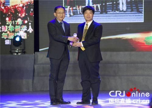中国华侨华人研究所所长张春旺(右)为中科院强磁场科学中心副主任王俊峰(左)颁奖