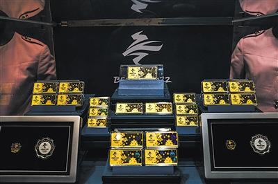 昨日(10日),菜百,2022冬奥纪念金条摆在柜台中发售。