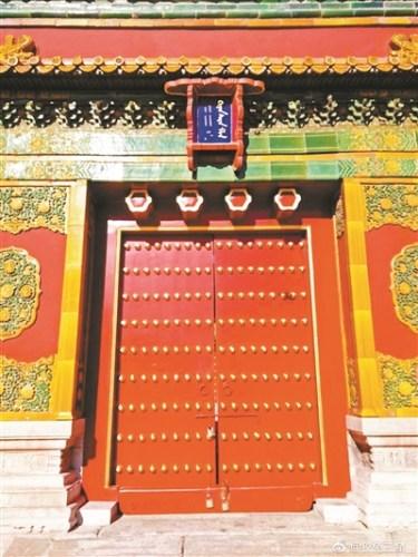 斗匾上原本有汉字的位置现在留下一些金色痕迹