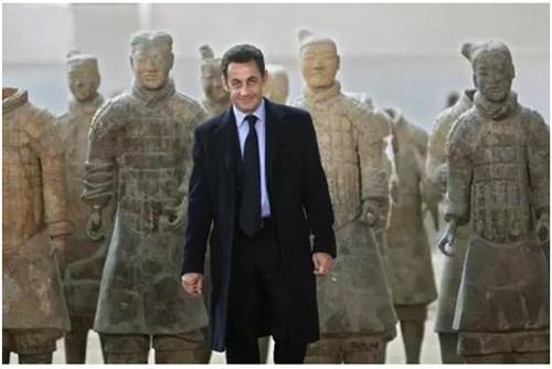 萨科齐与兵马俑合影。