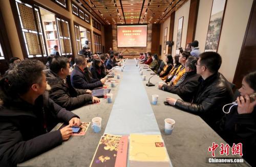 """1月9日,""""华助中心2018年度工作交流会""""在北京举行。当日下午,与会代表在故宫与故宫志愿者交流。""""海外华侨华人互助中心""""(简称""""华助中心"""")是国务院侨办惠侨计划之一,目前已在40个国家和地区共成立了60家""""华助中心""""。 <a target='_blank' href='http://www.chinanews.com/'>中新社</a>记者 张宇 摄"""