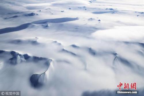 """2017年11月7日消息,图为NASA""""冰桥行动""""拍摄到的南极半岛山脉冰川。"""