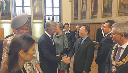 杨明2016年受邀参加法兰书展主宾国活动。从右至左分别为法兰克福市长费尔德曼、法兰克福市议会议长西格勒、杨明、比利时国王菲利普和王后玛蒂尔德和法兰克福市长夫人。(《欧洲时报》)