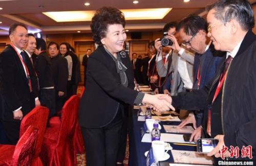 """1月10日,国务院侨办主任裘援平出席了在北京举行的2018年""""华助中心""""年度工作座谈会,与来自37个国家56家华助中心的代表进行深入交流。<a target='_blank' href='http://www.chinanews.com/'>中新社</a>记者 张勤 摄"""
