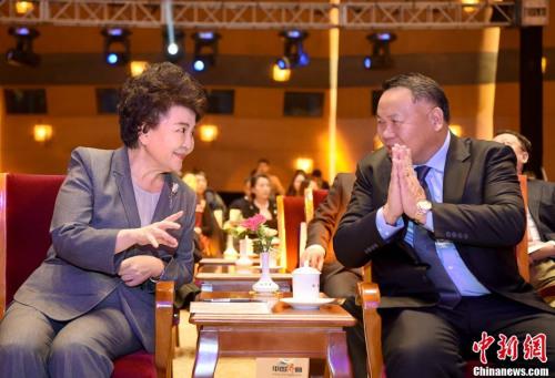 图为裘援平(左)在典礼会场与新闻人物当选代表、巴拿马共和国总统顾问陈国基交流。<a target='_blank' href='http://www.chinanews.com/'>中新社</a>记者 侯宇 摄