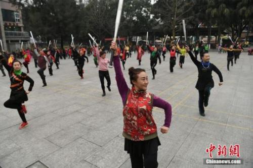 1月12日,重庆沙坪公园里不少老人拿着棒球棍跳起广场舞。陈超 摄