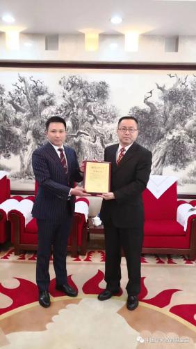 邱立国秘书长向佘少敏总经理颁发捐赠证书。