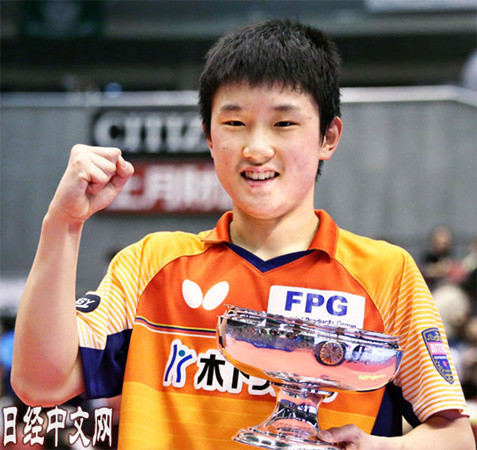 张本成为全日本乒乓球锦标赛史上最年少男单冠军。摄于21日,东京体育馆。(日经中文网)
