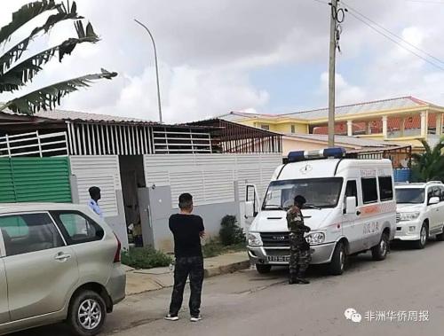 当地华人和医疗单位车辆赶到现场进行支援。(《南非华侨周报》微信公众号图片)