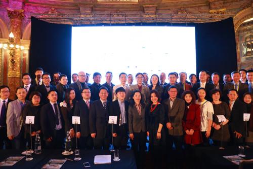 陆青江与欧洲华人旅游界代表合影。 (《欧洲时报》/记者 孔帆摄)