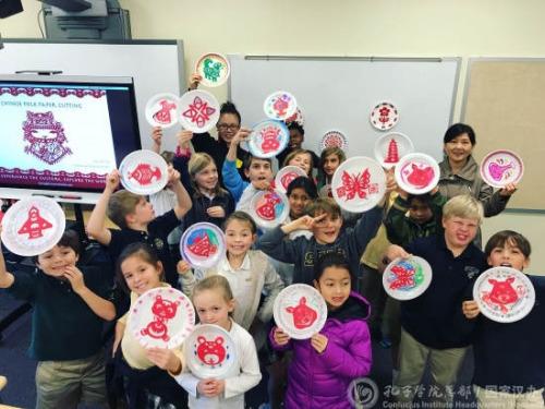 美国孔院师生参加当地学校开放日 开剪纸体验课