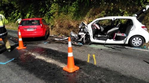 事故现场:红色福特轿车为逆向肇事车辆,小Q所乘的为右侧白色丰田轿车。(新西兰天维网)