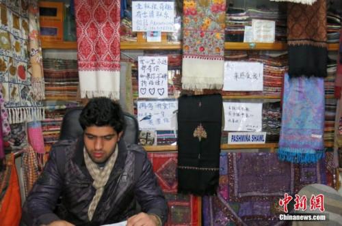 资料图:尼泊尔首都加德满都,泰米尔商业街一家店铺张贴的中文广告语。