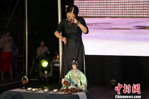 """""""丝路茶道""""艺术团演员表演客家木偶(提线木偶)倒茶。 宋方灿 摄"""