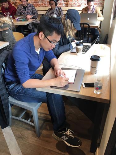 2017年,还在做博士后的顾实在美国费城一家咖啡厅学习。采访对象 供图