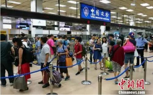 排队通过边检的游客。图片来源:中新网