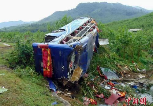 游客大巴翻车事故。图片来源:中新网