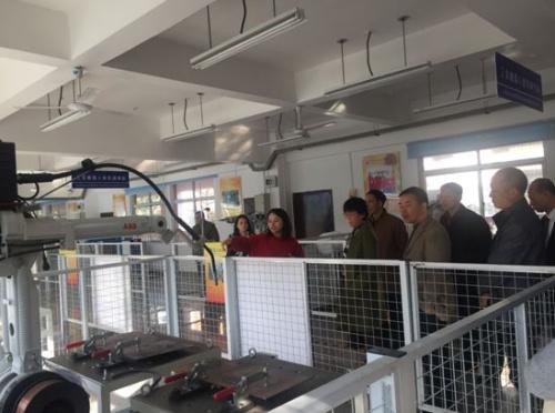 图为调研组一行参观轻工职业学院机器人实训室