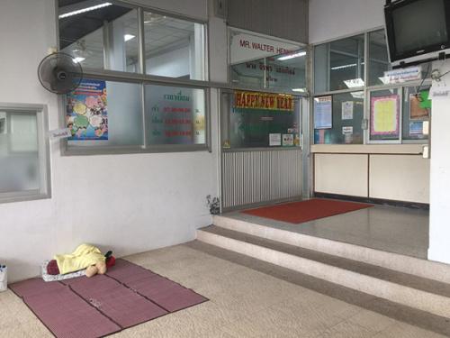 黄海红所在的Vachira医院ICU病房外,露天,有人打地铺。澎湃新闻记者 于亚妮 图