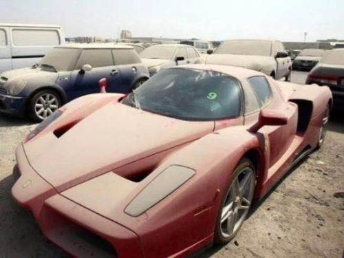 中国报道迪拜当时的新闻,豪车被丢弃的图片比比皆是。
