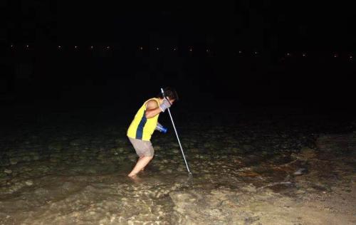 抓螃蟹是早期华人非常热衷的娱乐项目,但随着生态环境的恶化和警方的严打,抓螃蟹活动如今已经鲜有人组织。