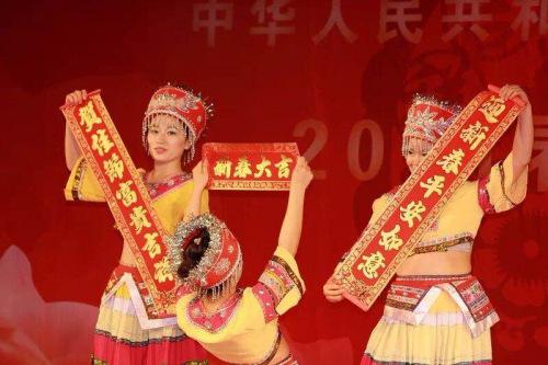 一些华人庆祝节日的表演活动也屡有举办。