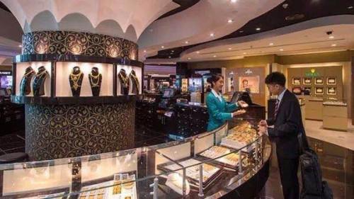 2010年间华人导购人员渐渐开始在DUBAI MALL出现,并占据越来越重要的位置。图片来自网络。