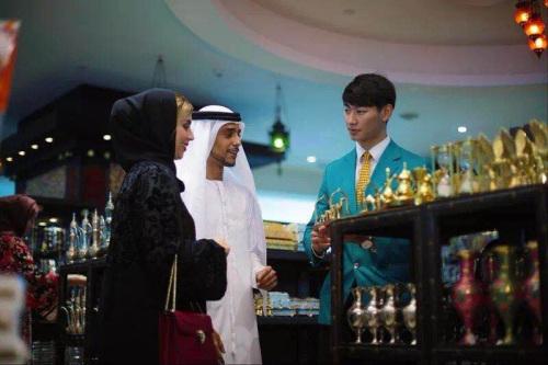 免税店的中文导购,目前迪拜免税店拥有阿联酋数目最庞大的中国员工。