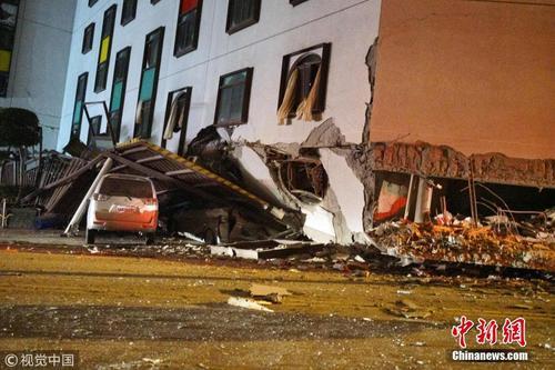 台湾花莲附近发生6.5级地震 地面震裂楼房倾倒