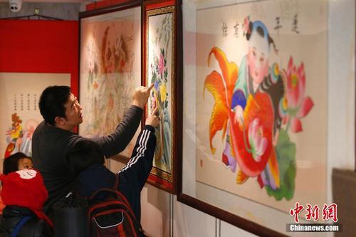 春节将至年画热销 北京民众选购年画