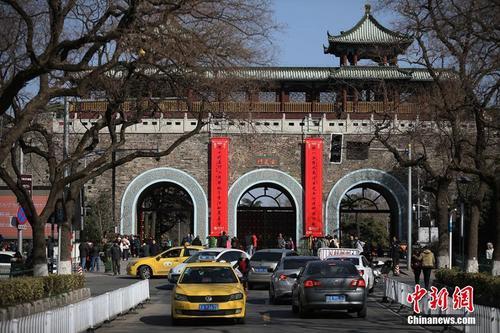 航拍南京明城墙挂春联 山水城林添年味