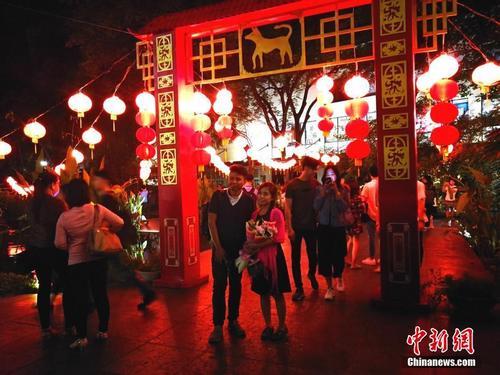 菲律宾首都马尼拉CBD马卡蒂情人节遇上中国红