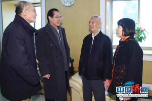 中国侨联原主席庄炎林、国侨办副主任郭军与侨校校友亲切交谈。记者盛佳鹏 摄