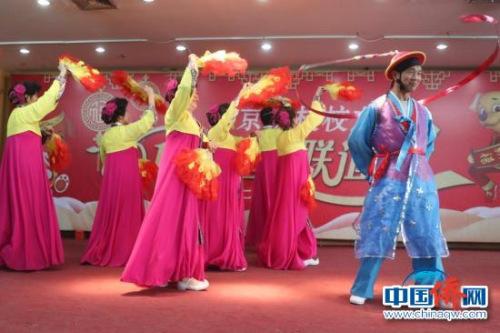 朝鲜归侨联谊会成员表演朝鲜族扇舞。马秀秀 摄